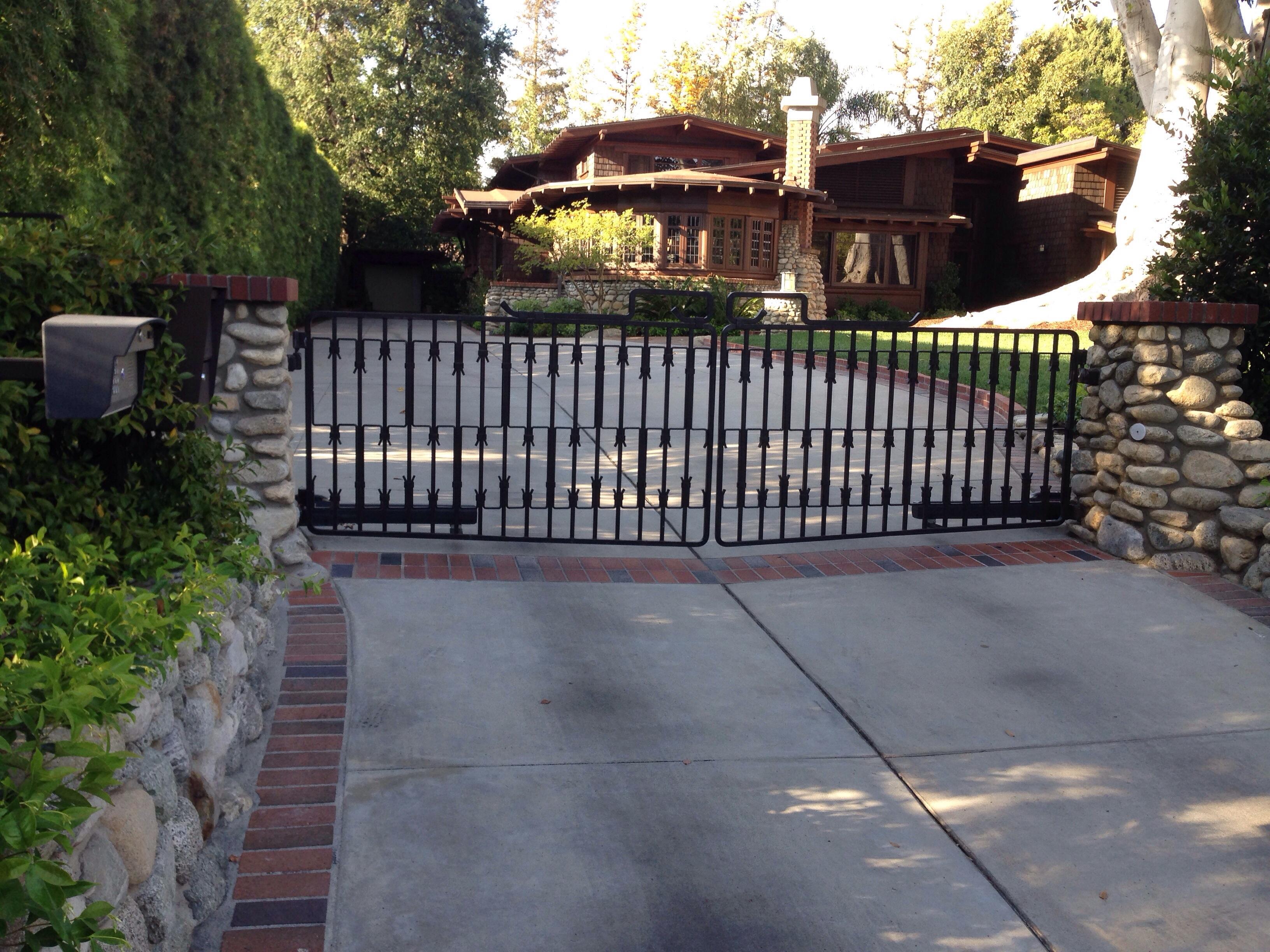 Actuator style swinging gate operators diaz gates